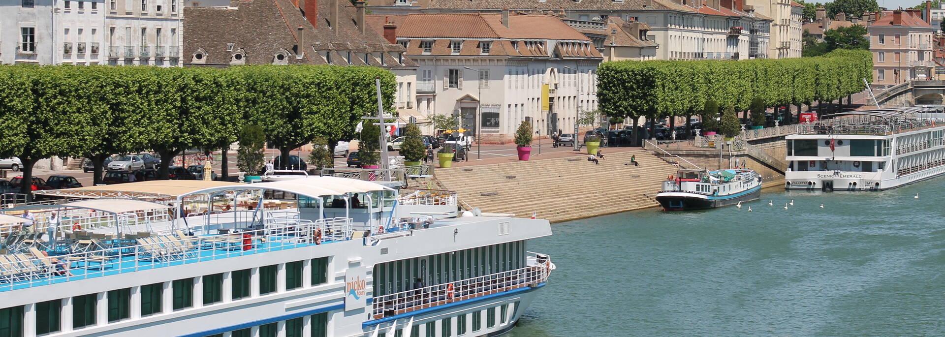 Navigation sur la Saône dans le centre de Chalon sur Saône, paquebots fluviaux
