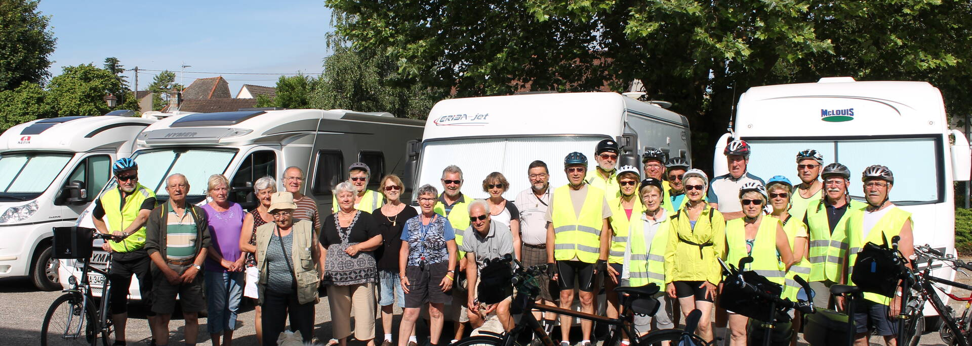 Groupe cyclotouristes aire camping car Givry