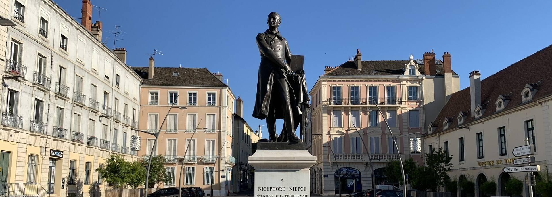 Place du Port Villiers Statue de Nicéphore Niepce