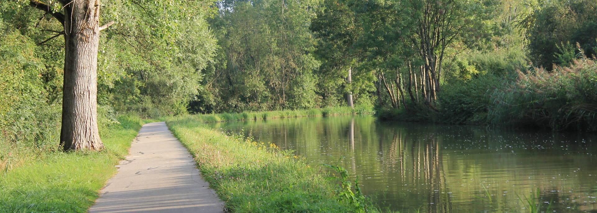 Voie bleue le long du canal du centre